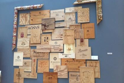 Kunstwerk aus Weinkisten ©Andreadis