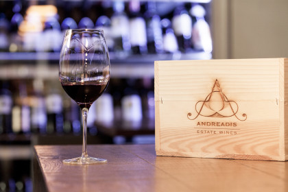 Weinglas mit Kiste ©ICS