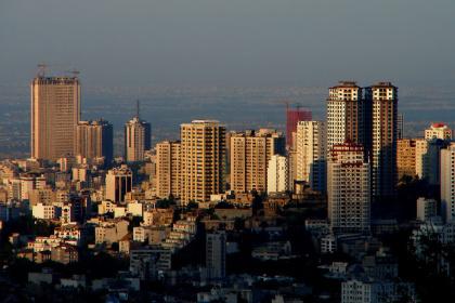 "Blick über Teheran ©<span id=""attribution""><b><a href=""https://www.flickr.com/photos/hamed/165602336/in/photolist-fCKNG-6j2NQt-hcPN7-bWL9wL-vjQjK-Pv2XC-fCKNJ-ioFrj-5QSEL-S21e5-3utWyq-mXKm7-bWaDv-Fbo9A-pMKaq-33dhV9-2cgYmF-kXCWC-2Yr6XP-7iBNe5-C3Dhb-dkrZv-pHYeM-LT3xH-k1AgT-KbRZj-bW6yx-qWyxg-5u534-gDqhm-dEuk4-SvMJvP-8DqtXc-38ZKxM-379E4y-Ubfam-G7dmR-rmygS-3eaT-4HEyrm-2Sjsco-RURck-2TDEQG-bW5n4-Bm1r8-ozFtJ-dY7gWE-pw35G-5u536-dkrZt/"">First Rays of Sun over Tehran</a></b> by <b><a href=""https://www.flickr.com/photos/hamed/"">Hamed Saber</a></b> / <b><a href=""https://creativecommons.org/licenses/by/2.0/"">CC BY 2.0</a></b></span>"