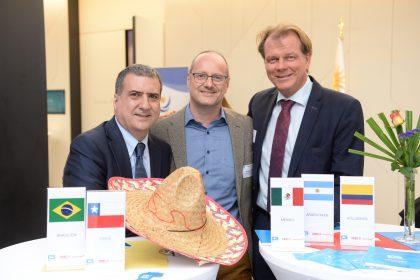 ©Foto Fischer | Robert Brugger (mitte) mit den beiden Keynote-Speakern Alexander Busch (re) und J. Humberto Lopez (li)