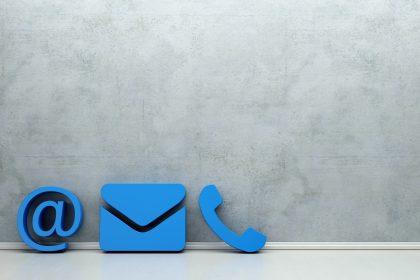 ©Blaue Kontakt Icons an eine Wand gelehnt als Hotline und Service Konzept mit Textfreiraum
